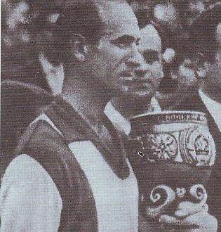 """Потсетување на еден """"заборавен"""" црвено-црн херој, Дацевски капитенот на ФК Вардар кој прв подигнал пехар во историјата, тој од купот 1961"""