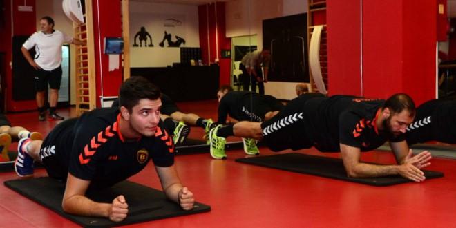 Младите вардарци Ѓорѓевски, Ончев и Поповски дел од подготовките со првиот тим на РК Вардар