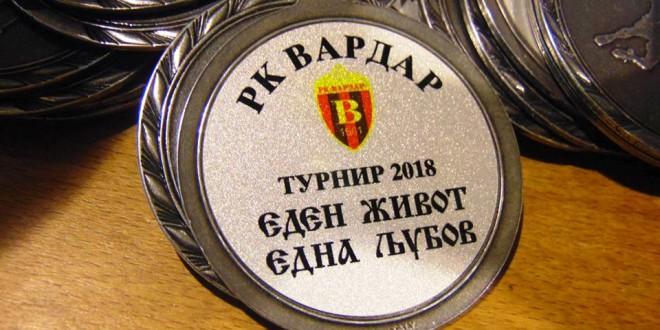 """(Фотогалерија) Доделени екипните и поединечните признанија на момците кај генер.2002/03 на турнирот """"Вардар, еден живот, една љубов″"""
