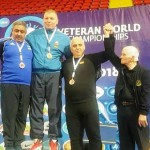 Десно од Иса е Бојан Рангелов, тренер на Вардар еден од основачите на македонското борење кој е најзаслужен за овој успех