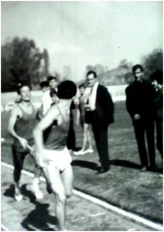 Сотир Гавриловски (лево) му ја предава штафетата на Милош Буцевски (4х400 метри)