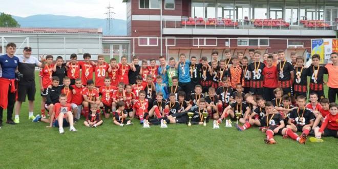 (ФОТОГАЛЕРИЈА) Петлињата на Вардар и оваа сезона доминантни, три финалиња, три трофеи за црвено-црните