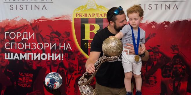 """(ФОТО) Стоилов ги израдува децата во болницата  """"Аџибадем Систина"""""""