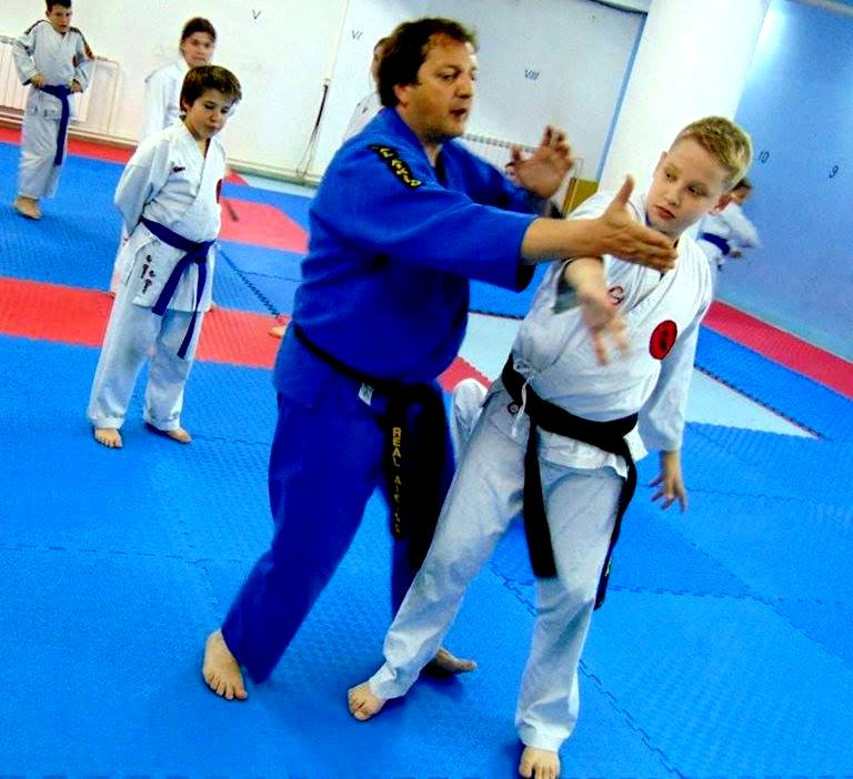 Грујовски и Антоан Диневски  прикажуваат вештини пред своите ученици