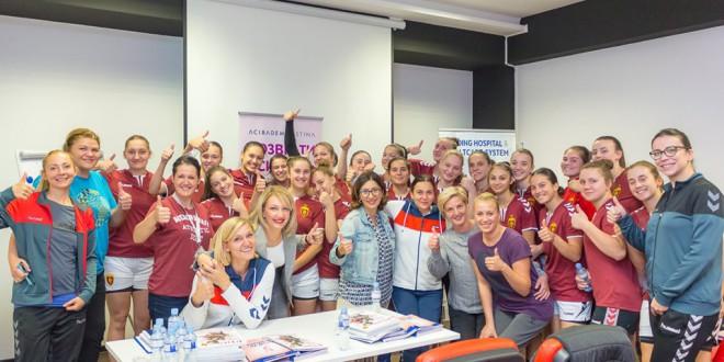 """(ФОТО) Интерактивно дружење со ракометарките на Вардар, имаа докторите од """"Систина"""" за подигање  на свеста за женското здравје"""