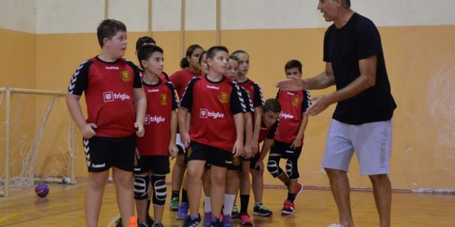 (ФОТО) Петрушевски,  тренерот на  Вардар Јуниор на децата во К.Вода Вардар им одржа тренинг