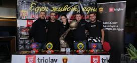 (ФОТО) Прилепчани имаа прилика да се фотографираат со шампионскиот пехар од Келн