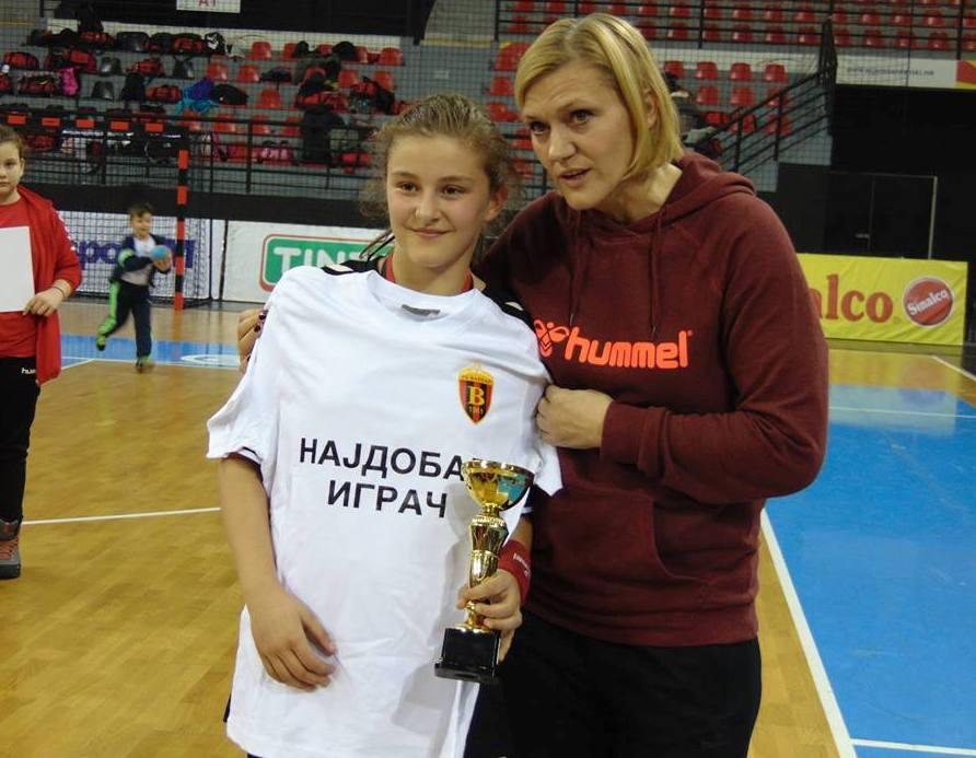 """Стефаноска при доделување на наградата """"најдобар играч"""" во Јуниор лига"""