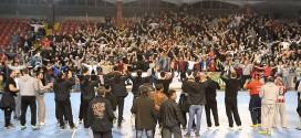 """(ВИДЕО) """"Луд"""" пречек на Кале, играчите и навивачите славеа после елиминацијата на Хамбург"""