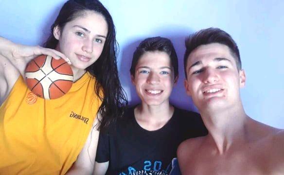 Јована и нејзините браќа,  исто така активни кошаркари