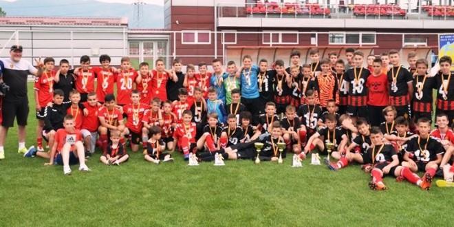 Пред точно една година, три генерации на ФК Вардар успеаа да станат Шампиони на Македонија