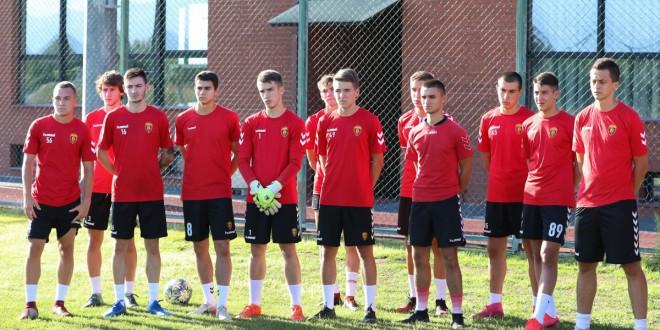 ФК Вардар означи старт на подготовките, со тимот тренираат и голем број на играчи од младинската школа, како изгледа актуелниот состав на црвено-црните